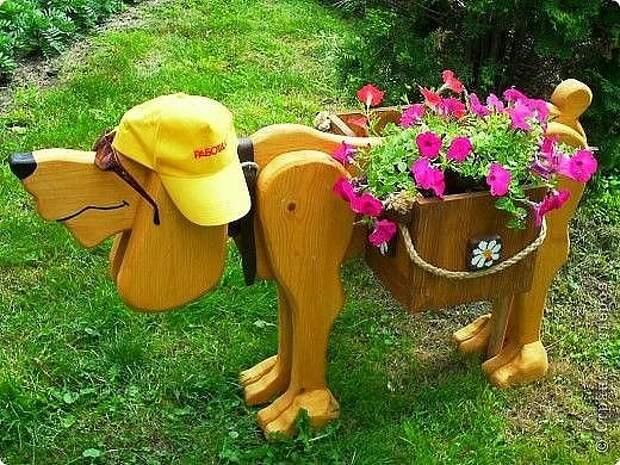 Немного фантазии - и досочки превращаются в забавное кашпо для цветов и украшение двора или дачи.