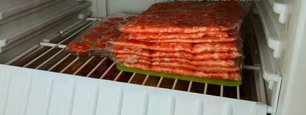 Попался необычный способ заготовки мясного фарша: теперь место в морозилке свободного полно и размораживается быстро