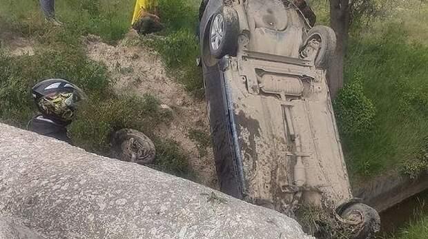 Легковушка упала в обрыв под Бахчисараем