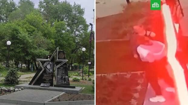 Осквернивших памятник Герою России школьниц посадили под домашний арест