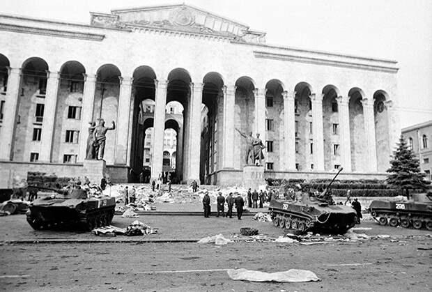 Дом правительства Грузинской ССР после разгона оппозиционного митинга