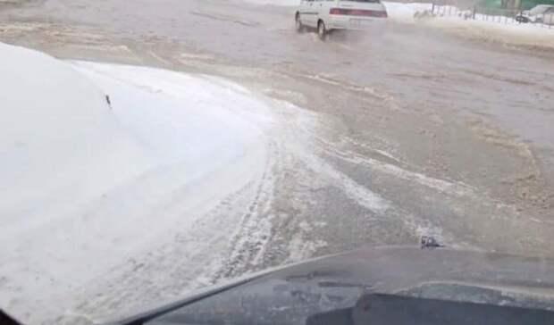 Улицы итротуары затопило водой вгороде под Екатеринбургом