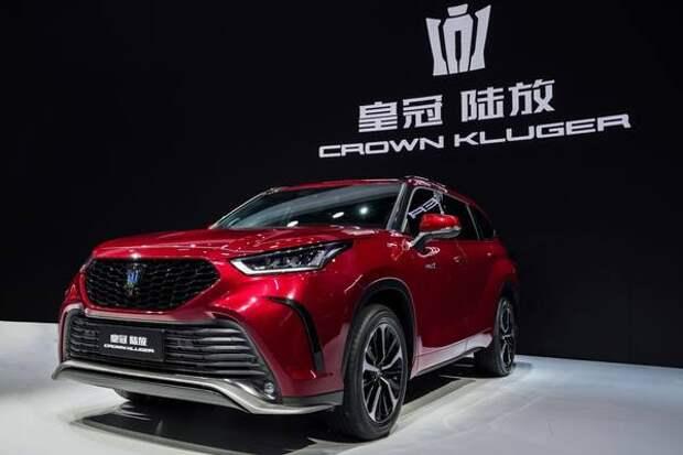 Появились новые фотографии кроссовера Toyota Crown