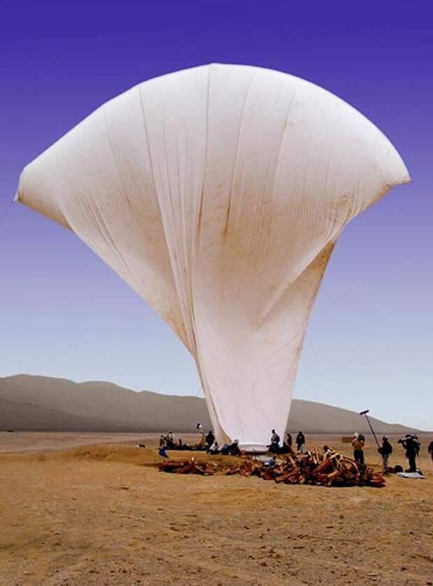 Создание экспериментального аэростата в пустыне Наска. Фото взято с сайта: https://lah.ru/naska-gigantskie-risunki-na-polyah/