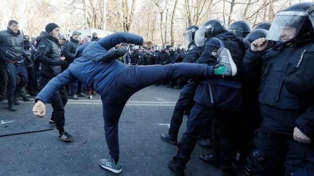 Стычки радикалов с полицией расползлись по Киеву украина, радикалы, полиция