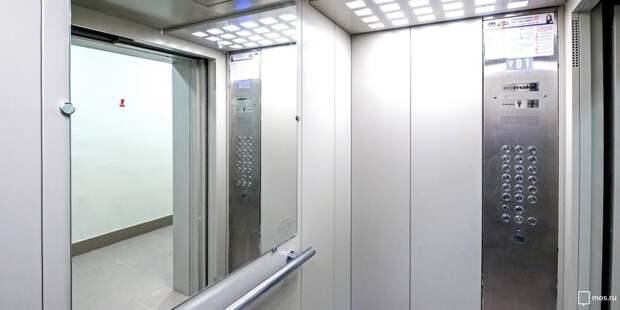 В подъезде дома на Верхоянской очистили лифт от надписей
