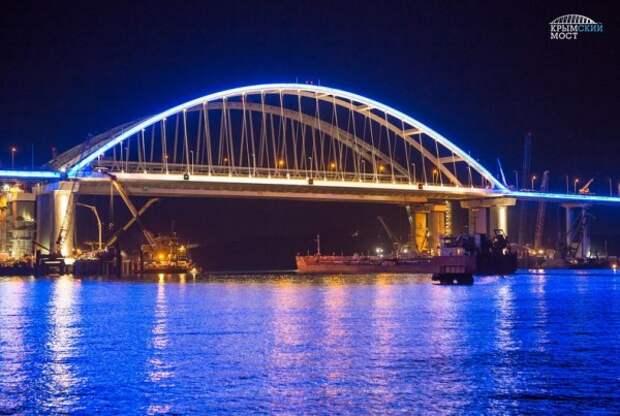 Крымский мост подсветили (ФОТО)