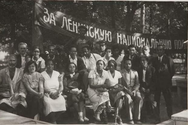 Съемочная группа во время экспедиции в советский Туркестану, где планировалось снимать фильм. 1932 год