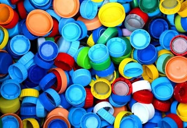 В Рио-де-Жанейро активисты собирают крышки от пластиковых бутылок и делают из них скейтборды