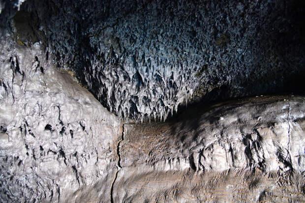 внутри лавовой пещеры