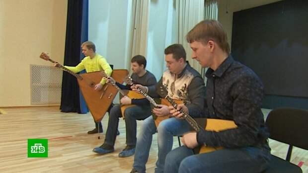 Самый русский инструмент: музыканты по всему миру взяли в руки балалайки