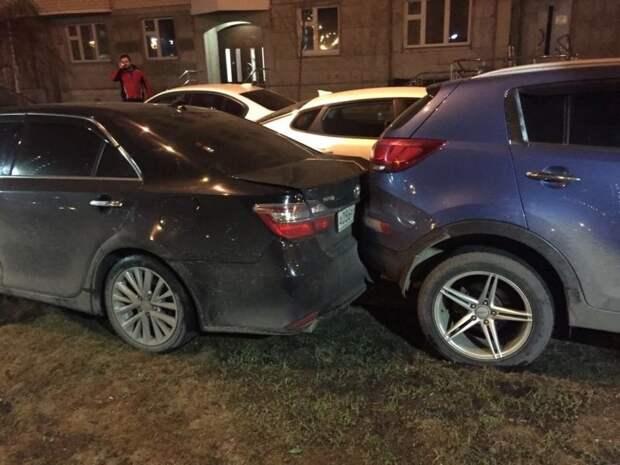 Камри и Спортейдж встали на газон, оставив проезд для одного автомобиля, а доблестный Киа Риа решил, что сквозным его оставлять не нужно. toyota, авария, авто, авто авария, автохам, быдло, дтп, парковка