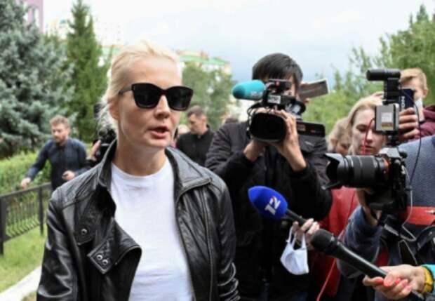 Жена оппозиционного политика Алексея Навального Юлия беседует с журналистами у омской больницы, где находится политик, 21 августа 2020 года. REUTERS/Alexey Malgavko