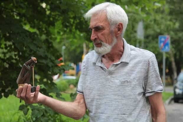 Фигурку Дон Кихота Александр Дремов подарил испанке / Фото: Андрей Дмытрив