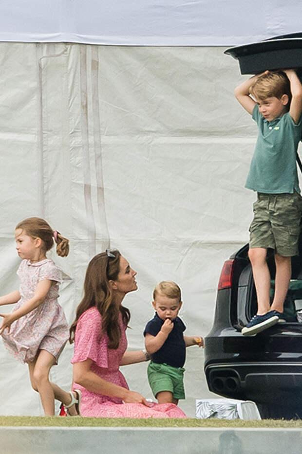 Кейт Миддлтон с детьми: принцессой Шарлоттой, принцами Луи и Джорджем