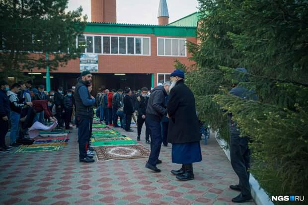 В новосибирской мечети мусульмане отметили праздник Ураза-байрам — 15 фото с богослужения