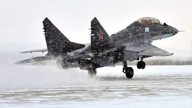 Палубный многоцелевой истребитель МиГ-29К во время учебно-тренировочных полетов на военном аэродроме Североморск-3