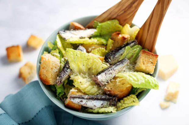 Необычный салат Цезарь. \ Фото: foodnessgracious.com.