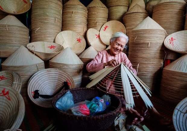 Нон Ла изготавливаются только вручную, их производством могут заниматься целые деревни / Фото: nationalgeographic.com