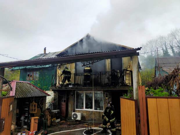 В Сочи сгорел двухэтажный жилой дом
