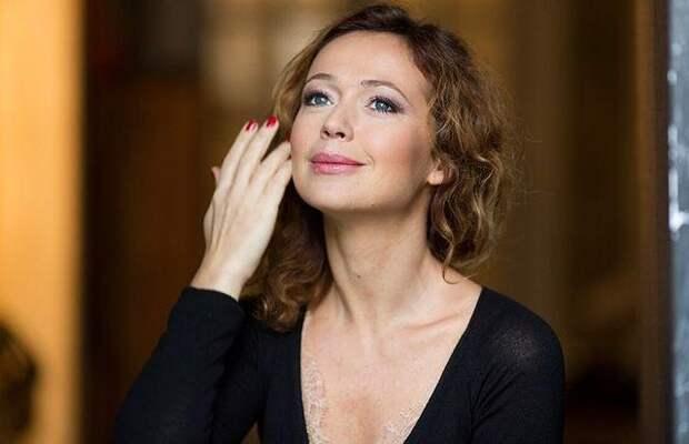 Елена Захарова покорила фанатов легким интригующим платьем (и фигурой!)
