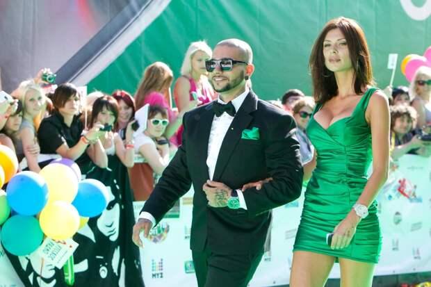 Мини-платья и маскулинные костюмы: как одевается победительницf «Холостяка» и новая девушка Тимати