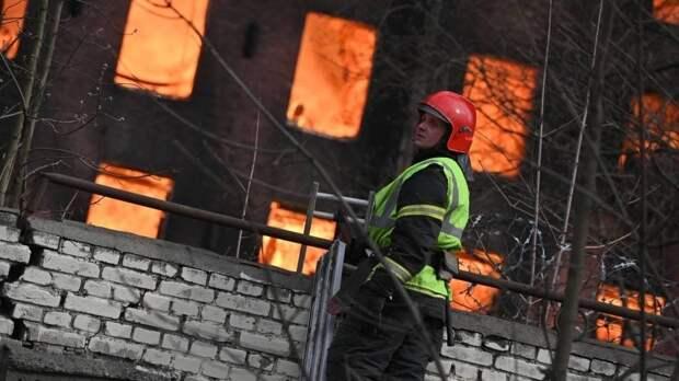 Около 30 спасателей пытаются потушить пожар в ангаре на окраине Петербурга