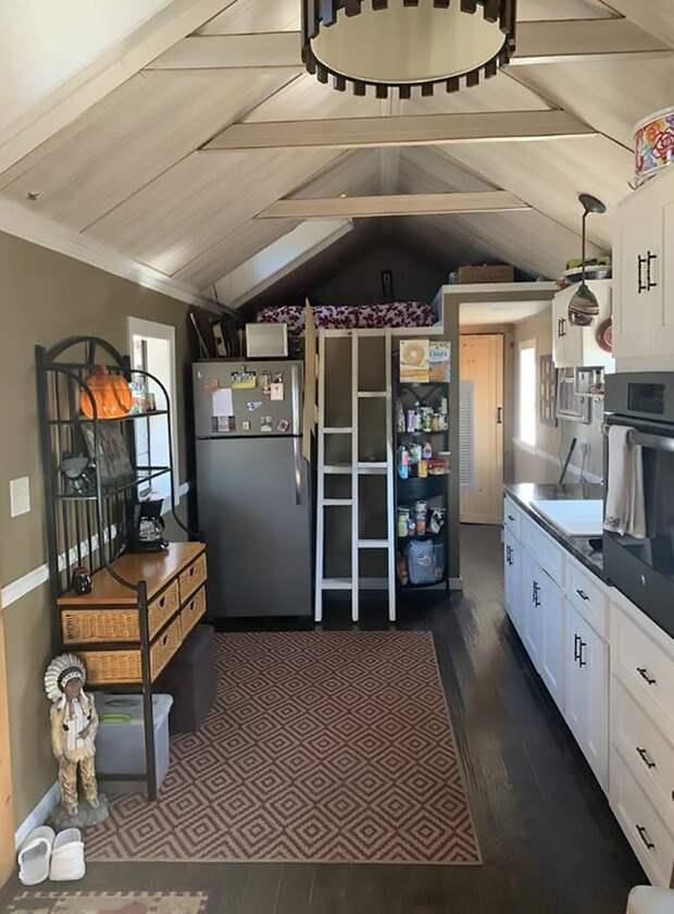 Хорошо оборудованная кухня. Много шкафчиков и мест для хранения кухонных принадлежностей