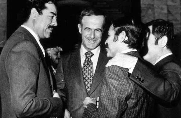 Слева направо: президент Ирака Саддам Хусейн, президент Сирии Хафез Асад, министр иностранных дел Алжира Абдель Азиз Бутефлика и вице-президент Сирии Абд аль-Халим Хаддам, 1979 год, саммит Лиги арабских государств