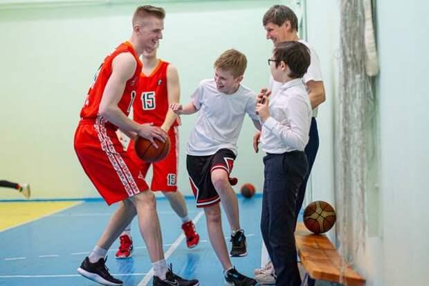 Баскетболисты «Челбаскета» провели уроки физкультуры вшколах Челябинска
