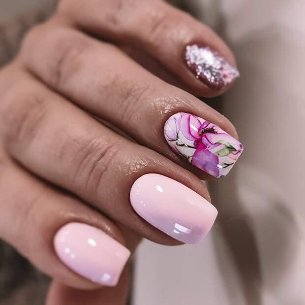 Маникюр с цветами и блестками