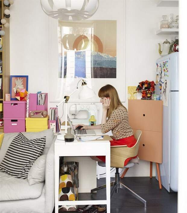 Маленький кабинет в уголке квартиры.