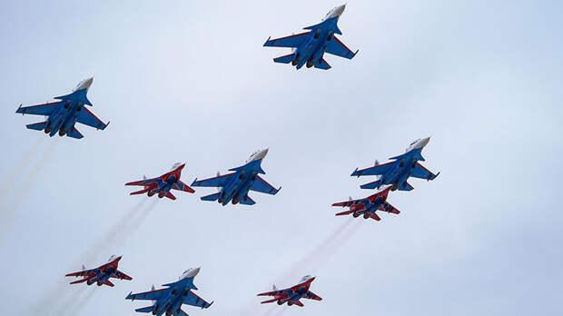 Демонстрационные полёты «Русских витязей» и «Стрижей» в Кубинке