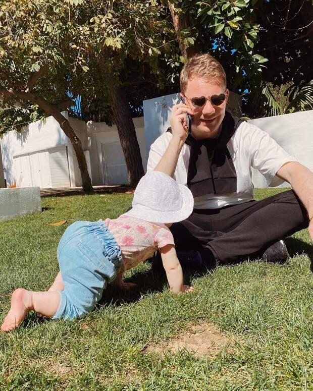 Крещение внучки, 54-летие и простуда: как звёзды проводят майские праздники