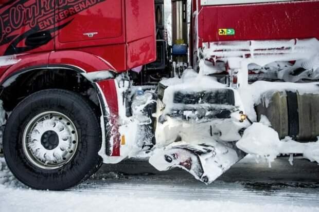 Снегоуборочная машина из центральной Швеции - проезжает в сутки 1000 км, грузовик мощностью 578 л.с. и грузовые шины с шипами