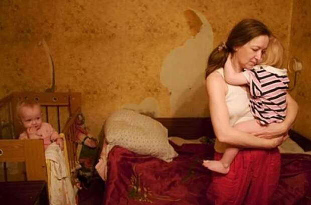 Двум третям молодых семей РФ хватает только на одежду и еду