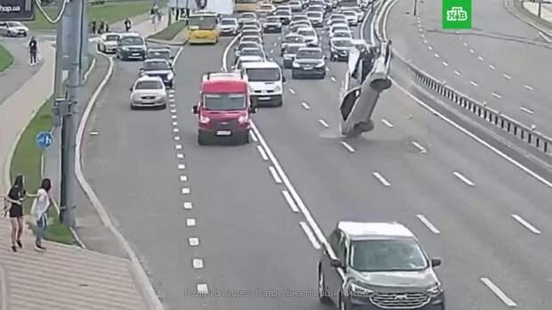 В Киеве машина перевернулась, зацепив на дороге оборванные провода