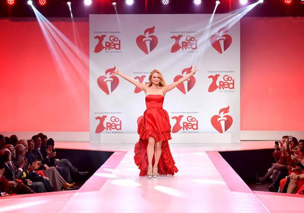 Пэрис и Ники Хилтон прошли по подиуму на шоу Go Red for Women