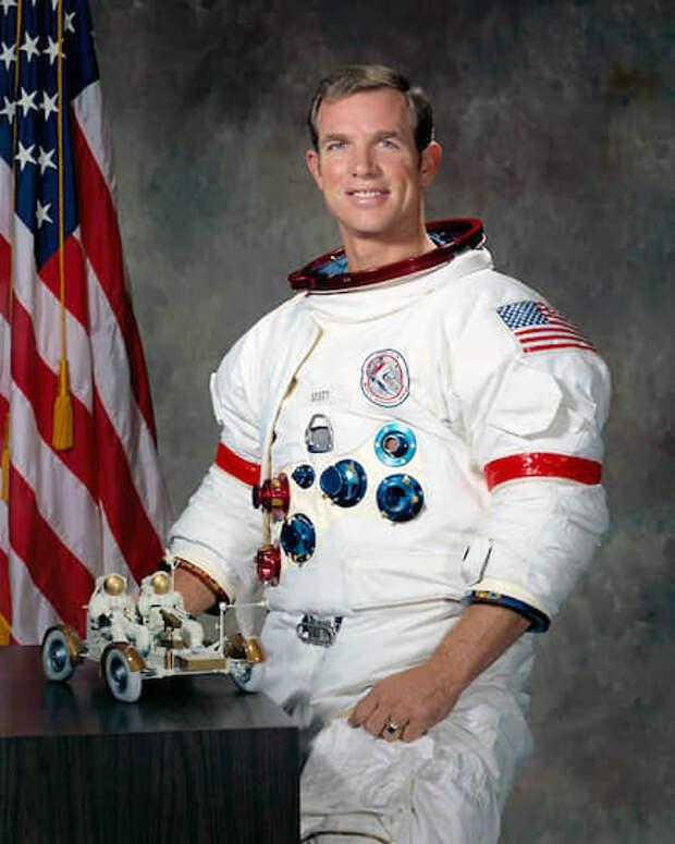 Дэвид Рэндольф «Дейв» Скотт (р. 1932), командир корабля «Аполлон-15», был на Луне 31 июля – 2 августа 1971 года.