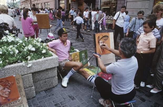 Художник пытается запечатлеть модно одетого молодого человека