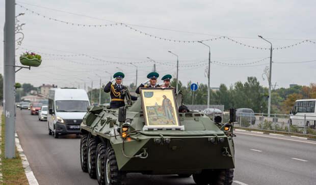 ВБелгородской епархии объяснили, почему мощи Александра Невского привезли наБТРе