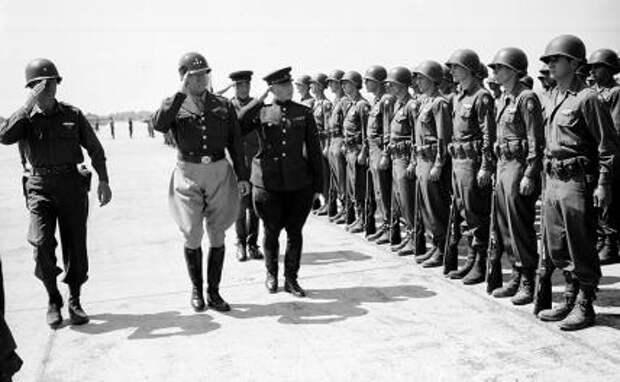 На фото: cоветский и американский генералы Никанор Захватаев и Джордж Паттон проводят осмотр солдат 65-й пехотной дивизии США в Линце, Австрия, 1945 год