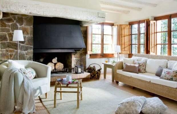 Теплые цвета и каменная стенка в интерьере гостиной