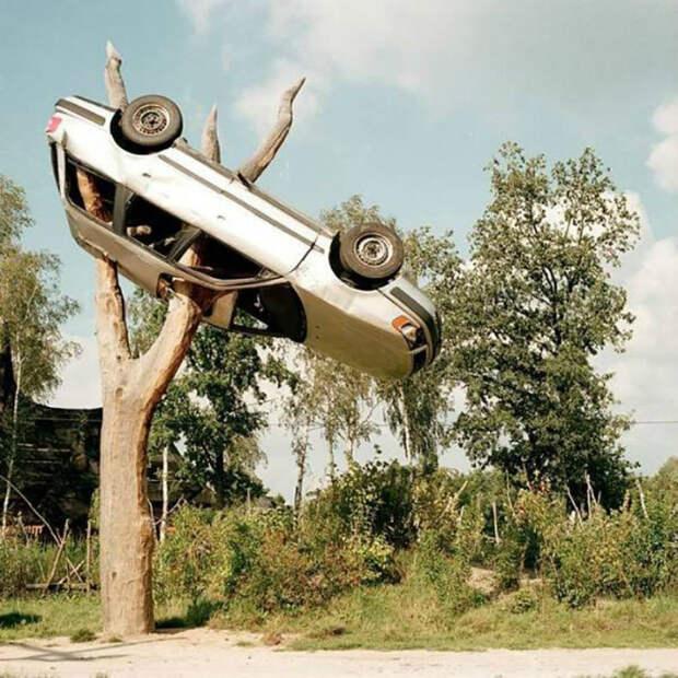 Автомобиль там, где его быть не должно. | Фото: VKMag.