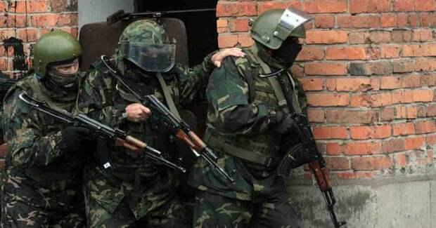 Зачем спецназ держит за плечо друг друга при штурме. Удивительная хитрость русских бойцов