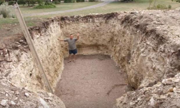 Соседи смеялись когда мужчина начал лопатой копать огромную яму во дворе