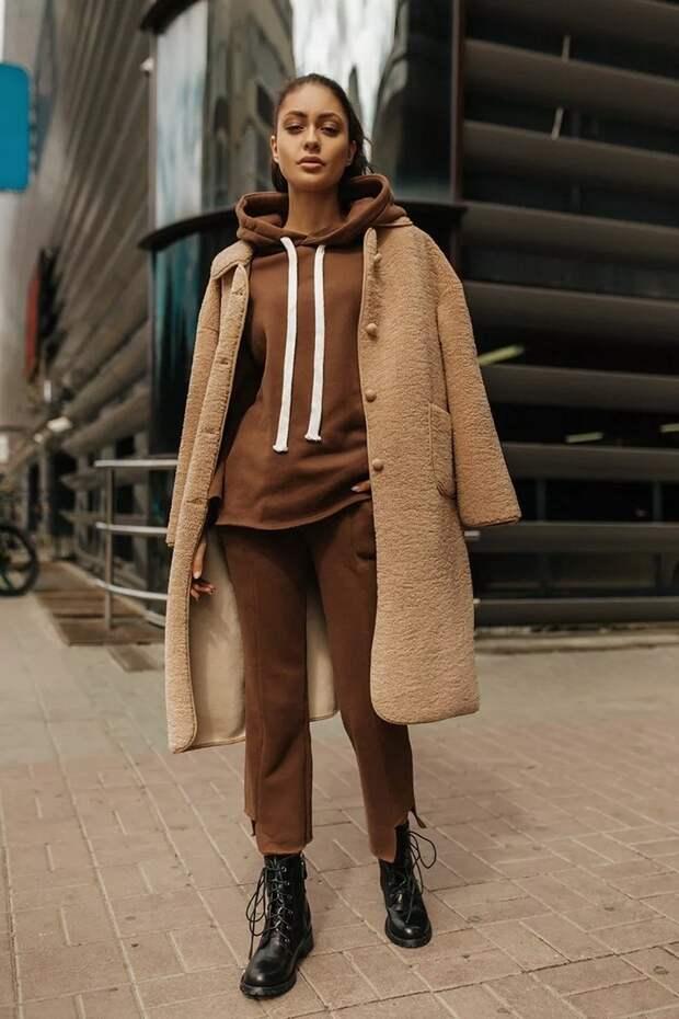 Сочетание спортивного костюма со строгим пальто: теплый и стильный наряд на весну 2021