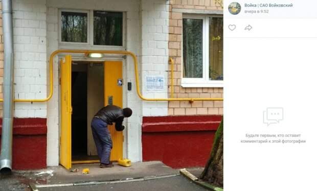Цвет настроения — горчичный: на подъездах домов по улице Адмирала Макарова обновили краску