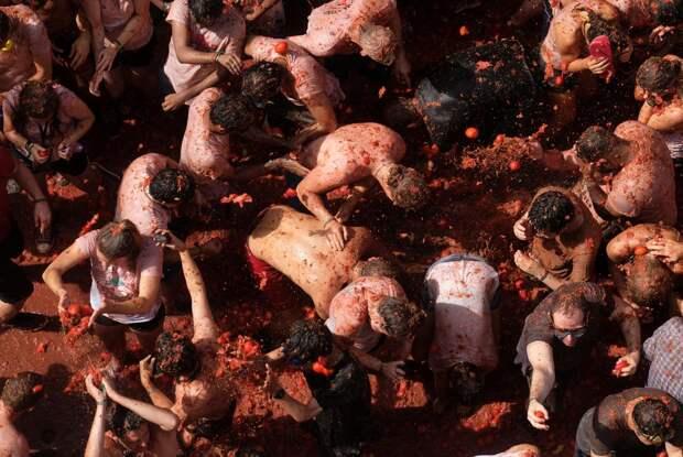 Битва помидорами Ла Томатина 2018 в Испании