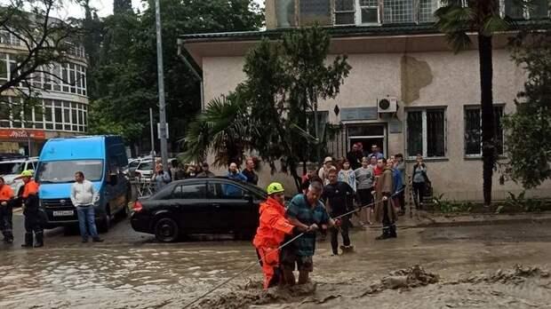 Спасатели МЧС Республики Крым повсеместно ликвидируют последствия чрезвычайной ситуации, связанной с прохождением неблагоприятных погодных условий